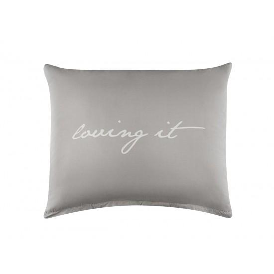 Bavlnená svetlosivá obliečka na vankúš s bielym nápisom loving it