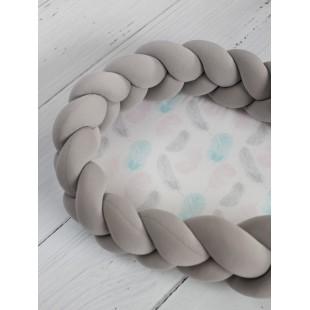 Tmavosivé hniezdočko pre novorodencov s motívom pastelových pierok