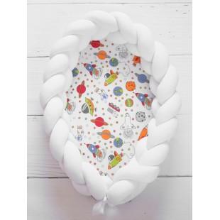 Mäkké biele hniezdočko pre bábätko s vesmírnym vzorom
