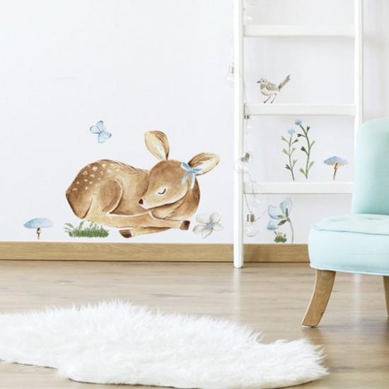 Detská nálepka spiaceho jelenčeka na stenu s modrými kvietočkami