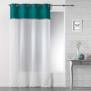 Biela záclona s kovovými kruhmi a modro zeleným pásom
