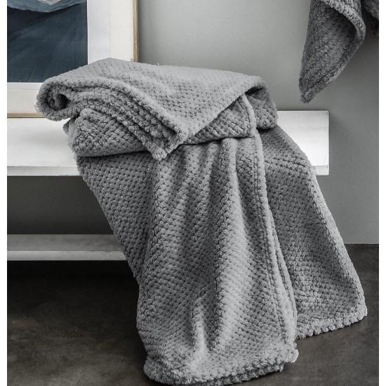 Moderná tmavosivá mäkká deka s bodkovaným vzorom