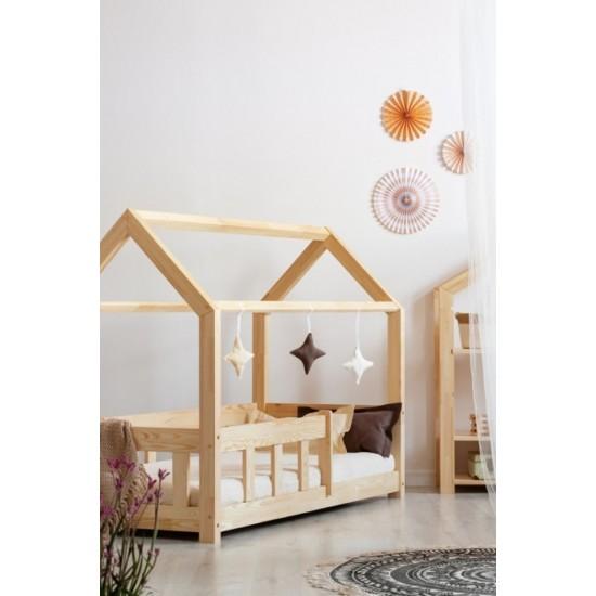 Drevená detská posteľ v tvare domčeka s bočnicami