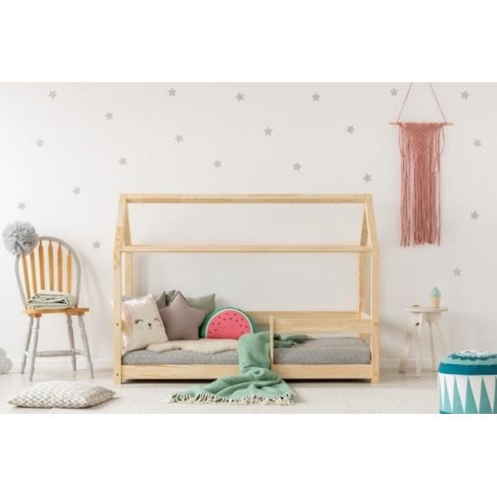 Drevená posteľ domček so strieškou a bočnicami