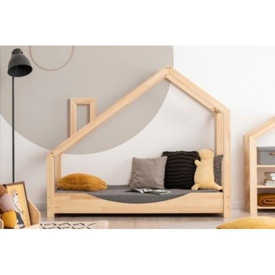 Drevená detská posteľ so zošikmenou strieškou a komínom