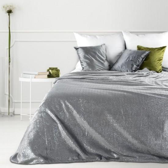 Svetlosivá dekoračná deka na posteľ so strieborným prešívaním