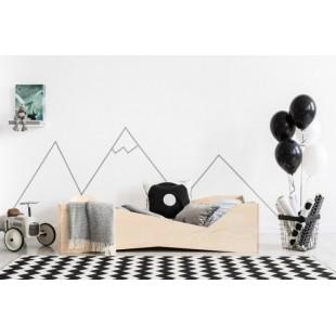 Štýlová posteľ s nerovnomerne vyrezaným rámom