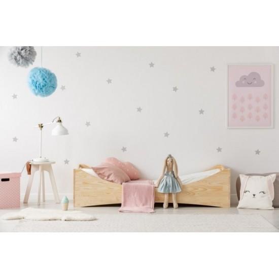 Drevená posteľ z borovicového dreva s vykrojeným rámom