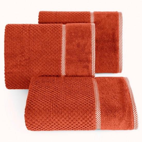 Elegantný tehlový bavlnený uterák s vyšívanou aplikáciou
