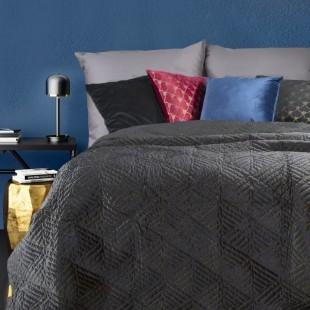 Prešívaný tmavosivý dekoračný prehoz na posteľ so zlatou niťou