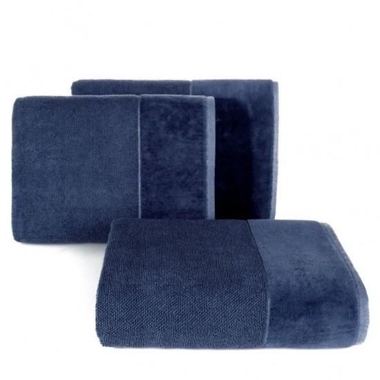 Tmavomodrý bavlnený uterák so širokým zamatovým okrajom
