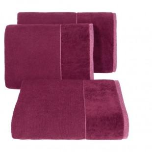 Tmavorúžový bavlnený uterák so širokým zamatovým okrajom