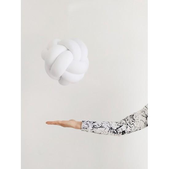 Pletený bavlnený biely vankúšik v tvare futbalovej lopty