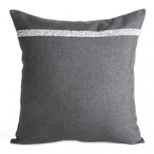 Sivá ozdobná obliečka na vankúš so strieborným prúžkom