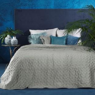 Prešívaný sivý dekoračný prehoz na posteľ