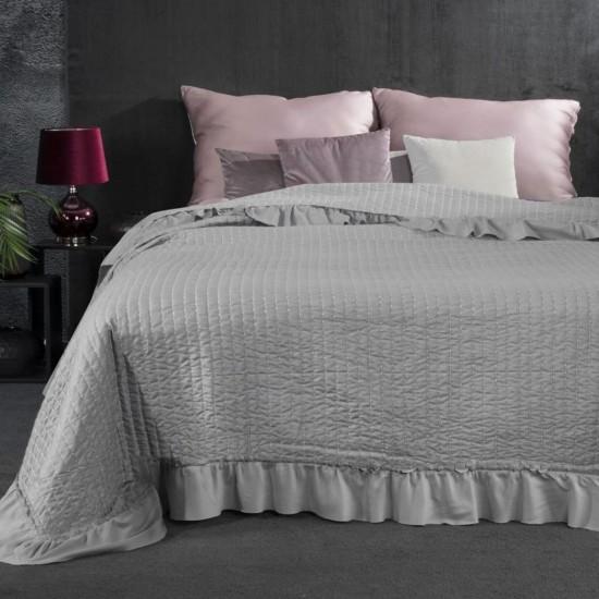 Prešívaný sivý dekoračný prehoz na posteľ s ozdobným volánom