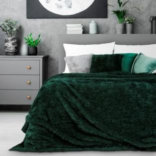 Chlpatý dekoračný prehoz na posteľ v tmavozelenej farbe
