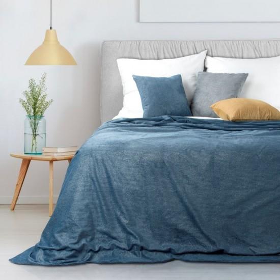 Zamatový dekoračný prehoz na posteľ v tmavomodrej farbe