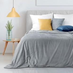 Zamatový dekoračný prehoz na posteľ  v sivej farbe