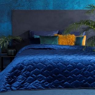 Zamatový tmavomodrý prešívaný dekoračný prehoz na posteľ