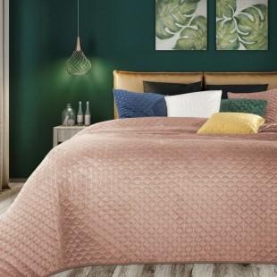 Prešívaný pudrovo ružový dekoračný prehoz na posteľ
