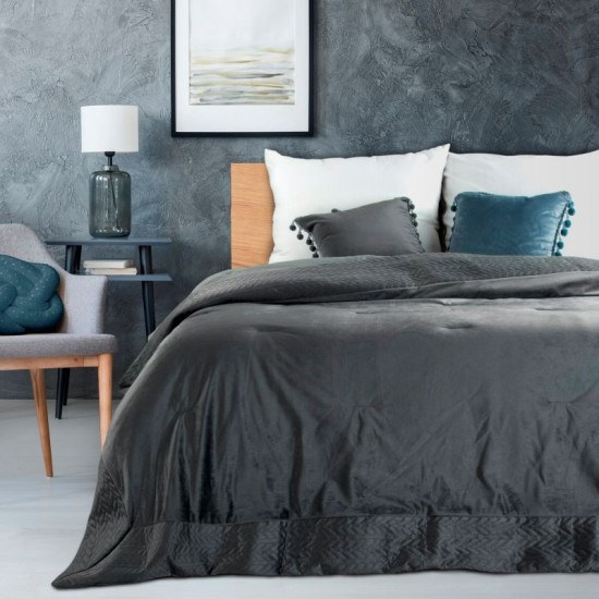 Zamatový dekoračný prehoz na posteľ v tmavosivej farbe s ozdobným lemom