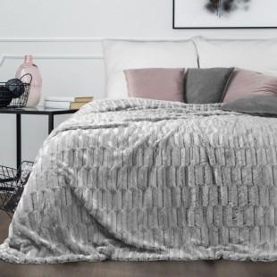 Plyšový dekoračný prehoz na posteľ v svetlosivej farbe