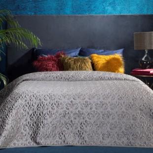 Sivý dekoračný prešívaný prehoz na posteľ s motívom kvetov