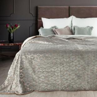 Sivý plyšový dekoračný prehoz na posteľ s motívom s geometrickými tvarmi