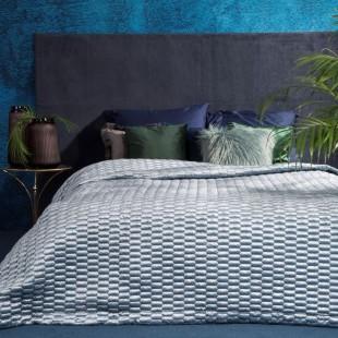 Svetlomodrý prešívaný dekoračný prehoz na posteľ so vzorom