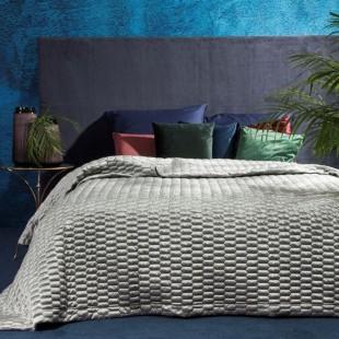 Strieborný prešívaný dekoračný prehoz na posteľ so vzorom