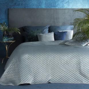 Svetlomodrý jednofarebný prešívaný prehoz na posteľ s ozdobou