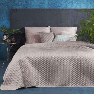 Svetloružový jednofarebný prešívaný prehoz na posteľ s ozdobou