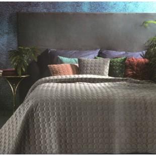 Sivý prešívaný prehoz na posteľ s guličkami