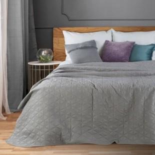 Dekoračný svetlosivý prehoz na posteľ s prešívanými trojuholníkmi