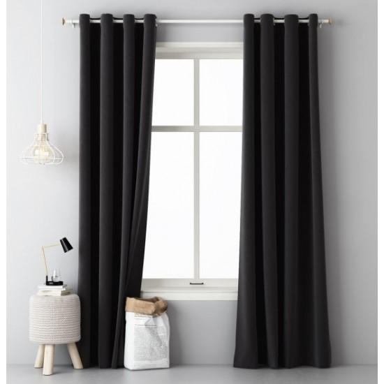 Čierny okenný záves jednofarebný