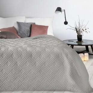 Sivý mäkký prehoz na posteľ so vzorom