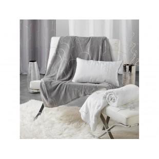 Prijemná sivá deka so strieborným vzorom