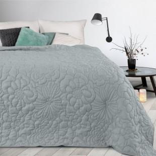 Sivý prehoz na posteľ s kvetinovým vzorom