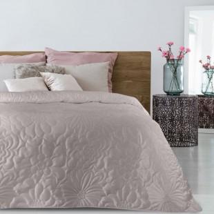 Ružový zamatový prehoz na posteľ s kvetinovým vzorom