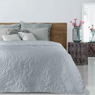 Sivý zamatový prehoz na posteľ s kvetinovým vzorom