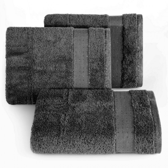 Tmavosivá jednofarebná bavlnená osuška s elegantnou aplikáciou