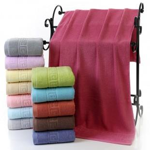 Tmavomodrý bavlnený kúpeľňový ručník so vzorom