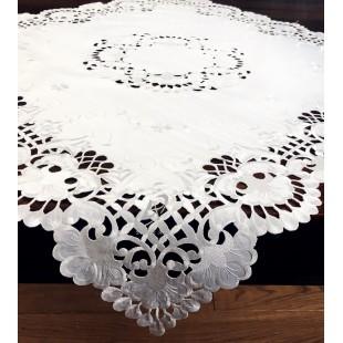 Biely dekoračný obrus s kvetinovým motívom