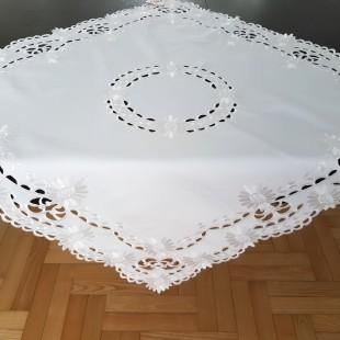 Biely dekoračný obrus s k kvetinovým lemom