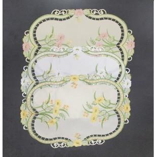 Krémový obrúsok s kvetinovým motívom