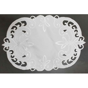 Biely dekoračný obrus so vzorom