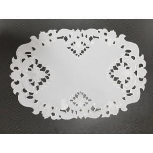 Biely dekoračný obrus s ozdobným lemom
