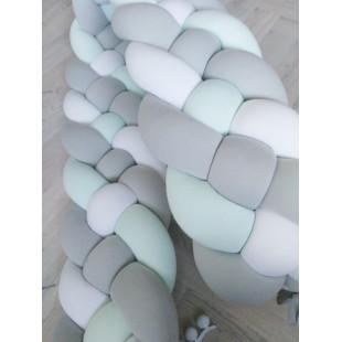 Vysoký 3-farebný pletený chránič do postieľky v tvare vrkoča