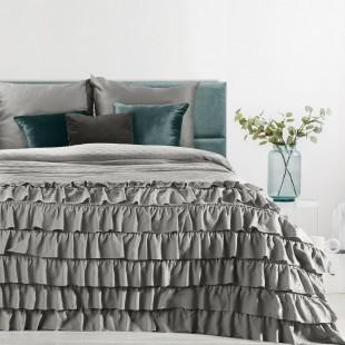 Sivý dekoračný prehoz na posteľ